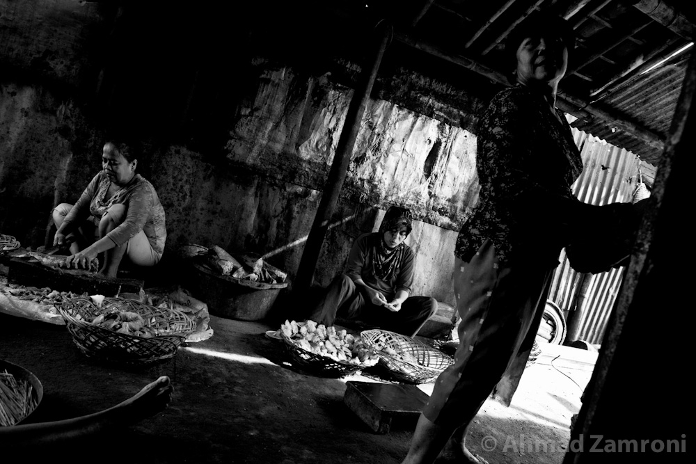 The Chimney Village Kampung Kobong's smokehouses have been producing Semarang's popular smoked fish for the last two decades. Text and Photos By Ahmad Zamroni